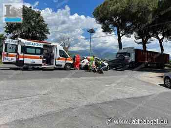 Incidente sull'Appia, un'auto si ribalta dopo il violento impatto - latinaoggi.eu