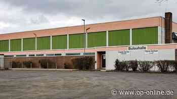 Rodenbachs Bürgermeister Klaus Schejna erläutert die Sanierungspläne für die Bulauhalle - op-online.de