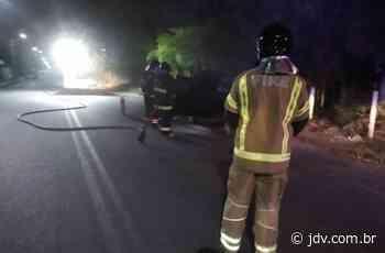 [VÍDEO] Princípio de incêndio em automóvel mobiliza bombeiros de Schroeder - Jornal do Vale do Itapocu