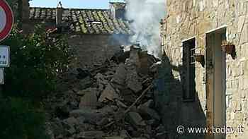 Esplosione provoca il crollo di una casa: i vigili del fuoco scavano tra le macerie - Today.it
