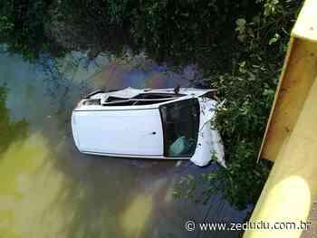 Carro da Secretaria Municipal de Saúde de Xinguara cai de ponte na BR-155 - Blog do Zé Dudu