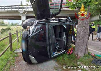 Portogruaro, auto si schianta contro un albero e si rovescia - triestecafe.it