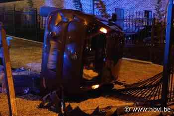 Auto belandt op zijde op Steenweg in Alken - Het Belang van Limburg