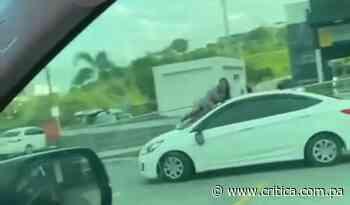 ¡Bájala del carro! Mujer golpea, grita y se la llevan arriba de un auto (Video) - Crítica