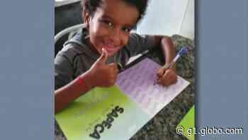 Menino de Itaquaquecetuba escreve livro com a ajuda da mãe e doa exemplares para escolas municipais - G1