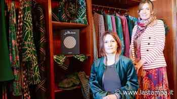 """Da compagne di scuola a imprenditrici: """"Le nostre collezioni made in Oleggio difendono l'ultimo baluardo del tessile"""" - La Stampa"""