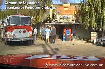 Bomberos controlan el incendio en una casa de Troncos del Talar - elcomercioonline.com.ar