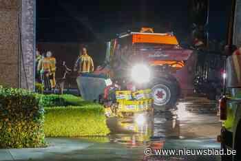 Verreiker vliegt in brand in loods van landbouwbedrijf - Het Nieuwsblad