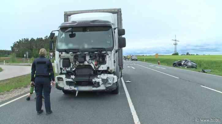 Mit Lkw kollidiert: Autofahrerin stirbt bei Petersaurach - BR24