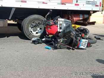 Jovem morre após bater moto em caminhão estacionado no bairro Santos Dumont, em Valadares - G1