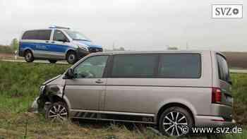 Unfall auf B105 nahe Ribnitz-Damgarten: Van-Fahrer bricht am Steuer zusammen   svz.de - svz – Schweriner Volkszeitung