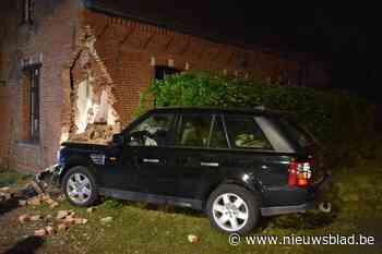 Auto boort zich in woning: bestuurder pleegt vluchtmisdrijf