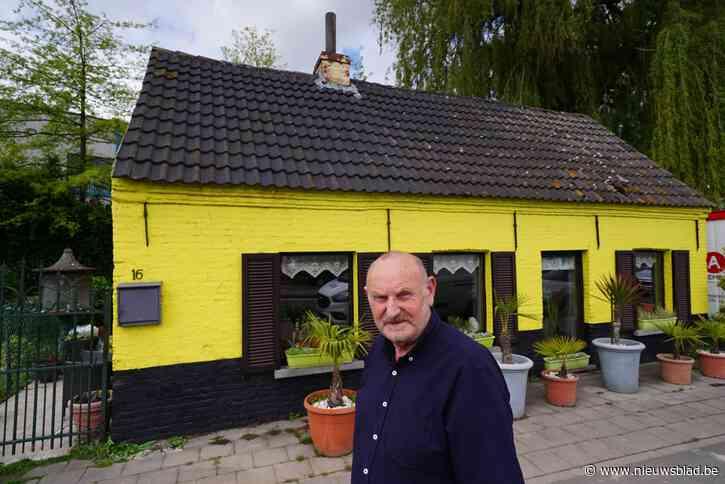 """Tussen grote bedrijven, baanwinkels en aan drukke steenweg staat al 35 jaar eenzaam huisje van Patrick (64): """"Van stilte word ik zot"""""""