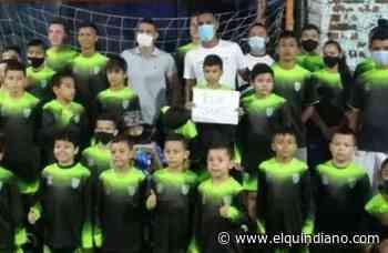 Futbolista profesional obsequia implementos deportivos a jóvenes de La Tebaida - El Quindiano S.A.S.
