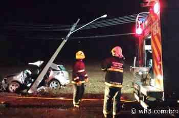 ITAPIRANGA: Veículo com dois ocupantes se choca contra poste de energia elétrica - WH3