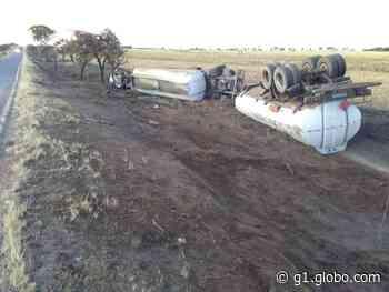 Motorista morre após caminhão-tanque tombar na MG-413 em Araguari - G1