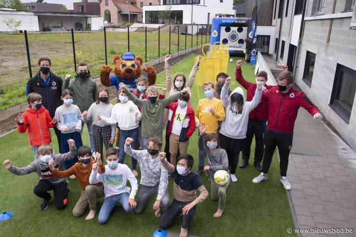 Kinderen vieren kampioenstitel op blauwzwart springkasteel