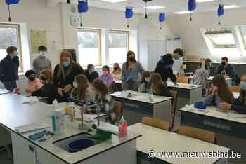 Studenten begeleiden middelbare scholieren in het lesgeven
