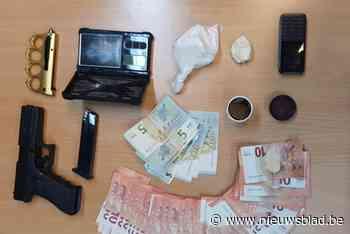 Vuurwapens, cocaïne en hasj gevonden bij huiszoeking: man die Wemmel en Brussel bevoorraadde zit in de cel