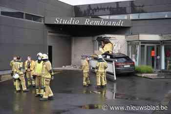 Man vergist zich van richting en knalt met Audi van 200.000 euro in bedrijfsgebouw - Het Nieuwsblad