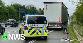 Elf mensen zonder papieren gevonden in vrachtwagen in Wilrijk - VRT NWS