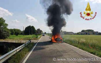 Auto avvolta dalle fiamme a Campogalliano. FOTO - modenaindiretta.it