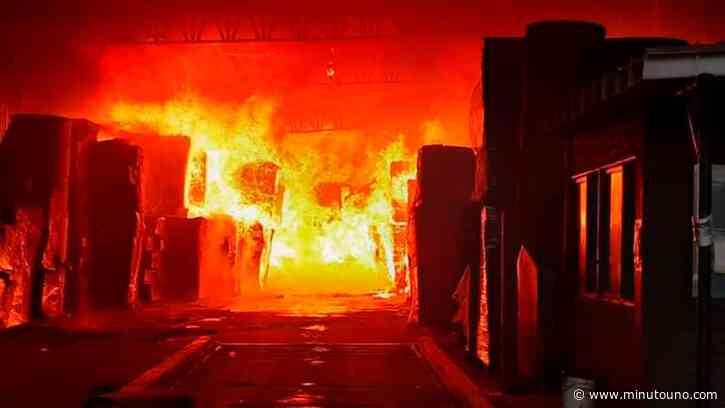 Un voraz incendio destruyó una papelera en Don Torcuato - Minutouno.com