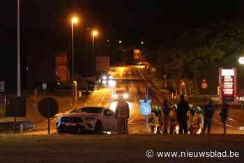 Bestuurder ramt verkeerseiland en strandt op middenplein van rotonde - Het Nieuwsblad