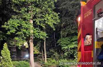 FW Grevenbroich: Baum auf Wohnheim gestürzt / Stundenlanger Einsatz - Keine Personen verletzt - Presseportal.de