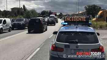 Schianto tra due auto, automobilisti in ospedale: disagi alla circolazione - AnconaToday