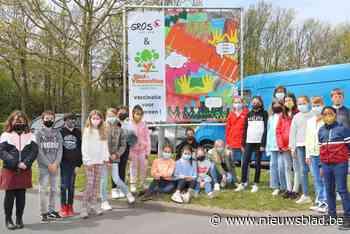 Schoolkinderen bedanken vrijwilligers met grote tekeningen - Het Nieuwsblad