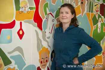 Stephanie zet filmposter van 4 meter op wand van bistro Tati