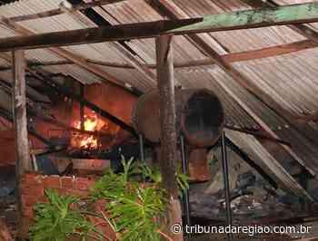 Incêndio destruiu casa nos fundos da Vila das Candeias - Arial