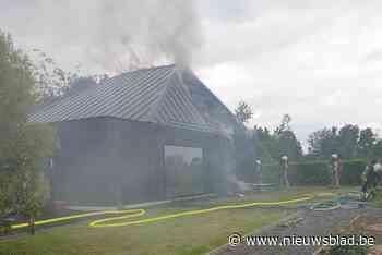 Paviljoen op kasteeldomein vat vuur