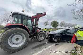 Frontale botsing tussen tractor en auto - Het Nieuwsblad