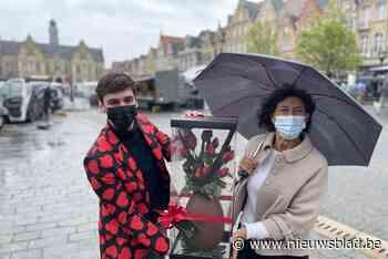 Mama Nicole wint chocoladebloemen op zaterdagmarkt - Het Nieuwsblad