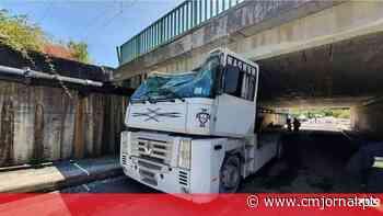 Camião fica preso ao passar viaduto em Oliveira do Bairro. Condutor ficou ferido - Correio da Manhã