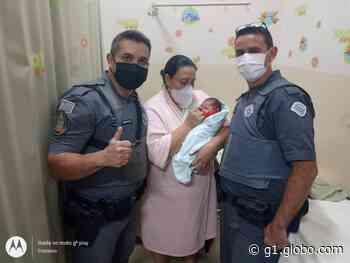 Bebê de quatro dias engasgada é salva por policiais militares em Piraju - G1