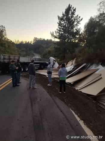 Caminhão tomba e bloqueia BR 470 em Carlos Barbosa - Rádio Studio 87.7 FM | Studio TV | Veranópolis