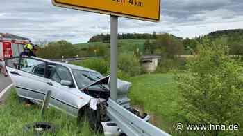 Junger Autofahrer beschädigt in Korbach Fahrzeuge und prallt in eine Leitplanke - HNA.de