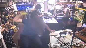 VIDEO: Hombre molesto TIRA AL SUELO y PISA pajarito en Pet Shop | Rumba 100.3 | Los Anormales - Rumba 100.3 - iHeartRadio