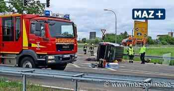 Zwei Verletzte bei schwerem Verkehrsunfall in Nauen – Rettungshubschrauber landet an der Unfallstelle - Märkische Allgemeine Zeitung