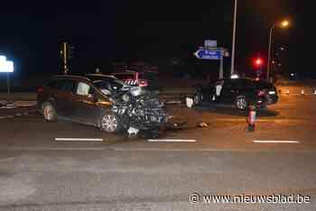 Drie gewonden na frontale botsing op expresweg - Het Nieuwsblad