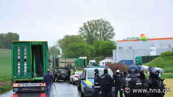 Demo vor Plukon in Gudensberg: Polizei mit zahlreichen Einsatzkräften vor Ort - HNA.de