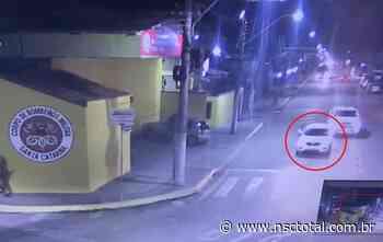 Mulher pula de carro em movimento durante perseguição em Itapema; assista ao vídeo   NSC Total - NSC Total