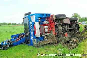 Kranwagen musste Gegenverkehr ausweichen und landete neben der Straße - Münsterland Zeitung