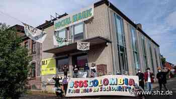 M1 in Hohenlockstedt: Teilnehmer von Kunstaktion senden mit Banner Geste nach Kolumbien   shz.de - shz.de