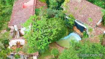 Abandonada, mansão de Clodovil em Ubatuba está caindo aos pedaços - ISTOÉ