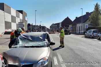 Opnieuw ongeval nabij spoorwegtunnel: moeder moet bevrijd worden uit autowrak nadat balk op wagen belandt