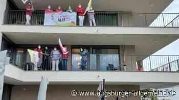 Pflegekräfte im Bobinger AWO-Seniorenheim demonstrieren auf dem Balkon - Augsburger Allgemeine